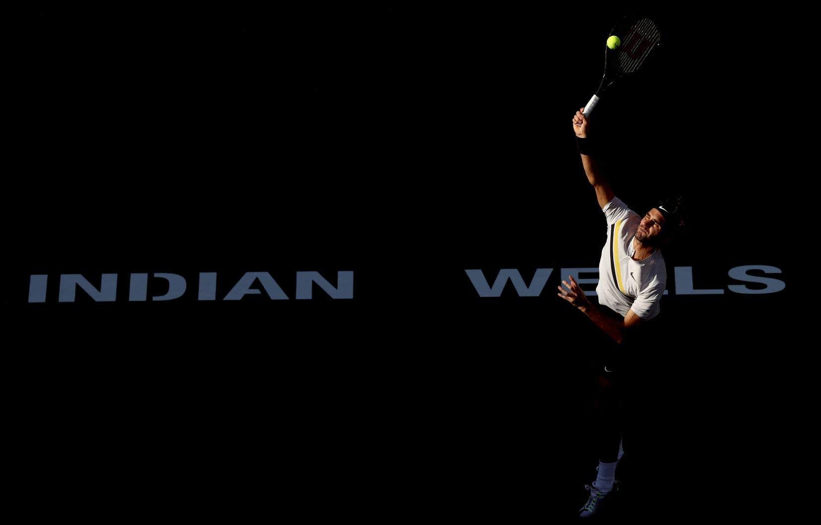 Federer a eu le dessus sur le Français Jérémy Chardy en deux manches de 7-5, 6-4 pour passer en quarts de finale.
