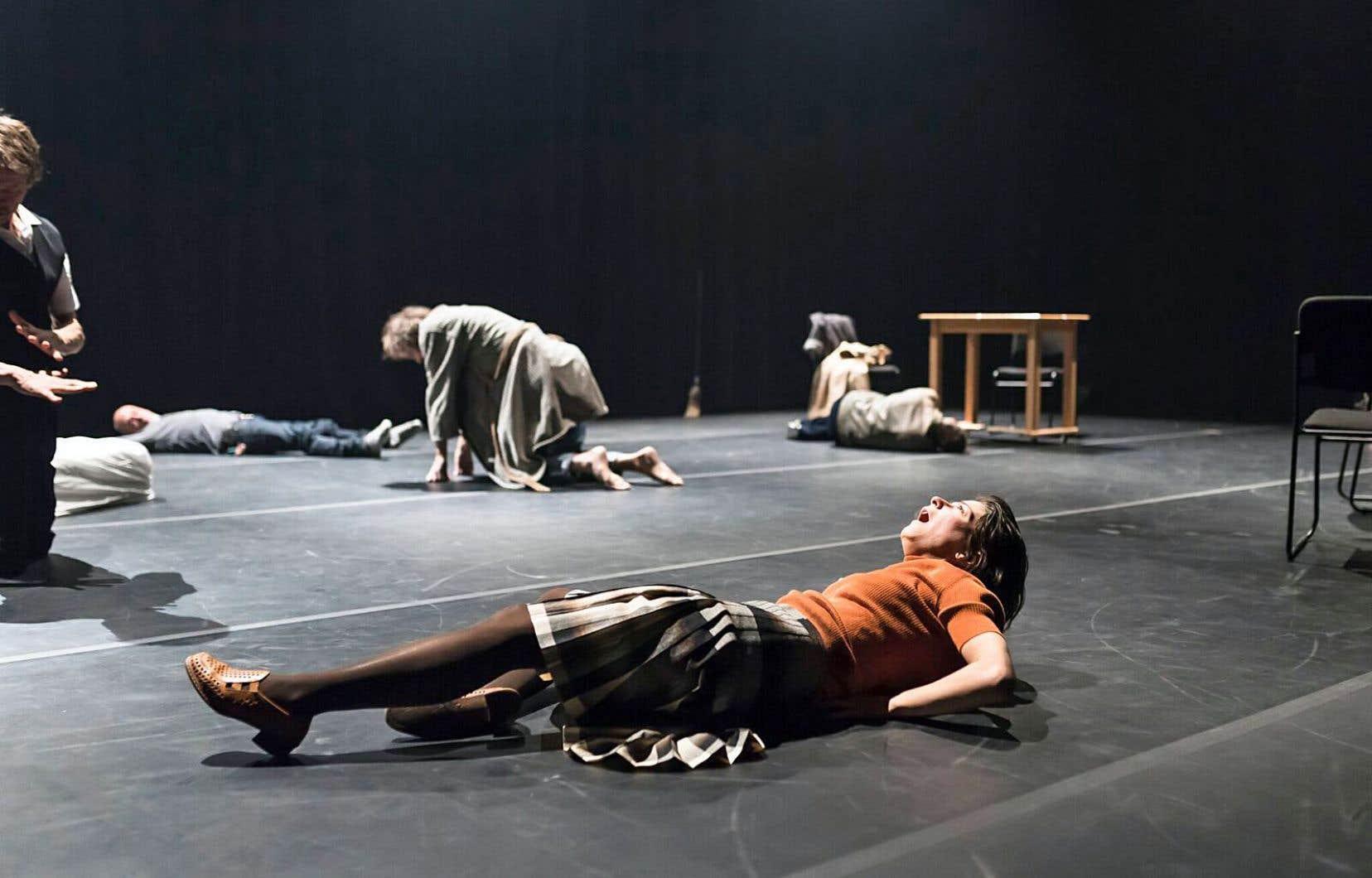 C'est à un théâtre qui s'adresse aux sens que Jérémie Niel convie son spectateur avec «Elle respire encore».