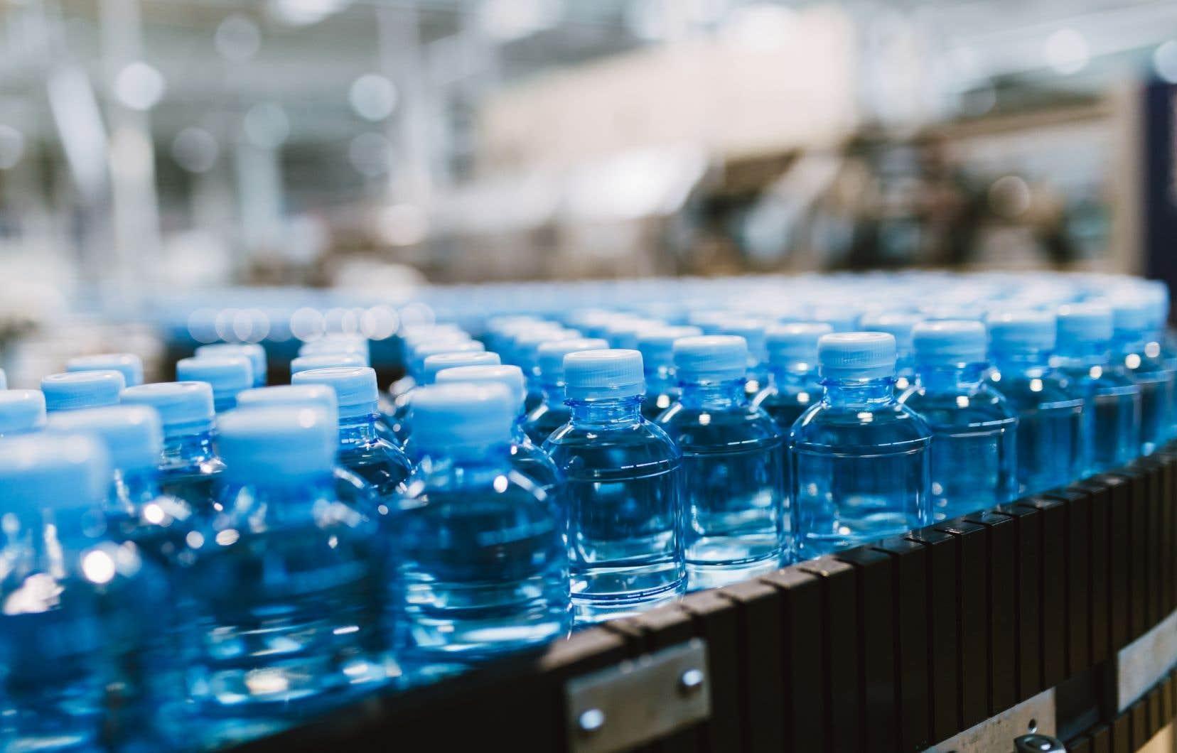 Du plastique a été trouvé dans 93% des échantillons d'eau en bouteille de plusieurs marques comme Evian, Nestle Pure Life, San Pellegrino, Aqua, Aquafina ou Dasani.