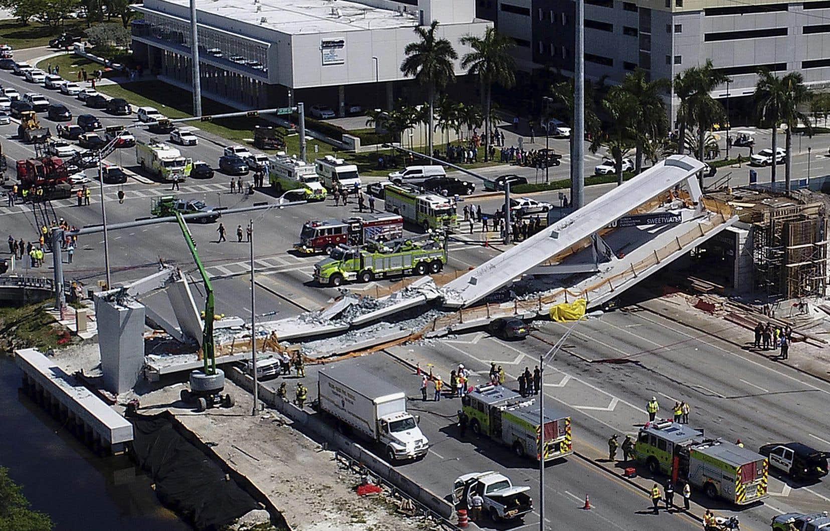 <p>Le pont de 950 tonnes dont la travée est de 53 mètres avait été assemblé le long de l'autoroute et mis en place samedi en grande pompe.</p>