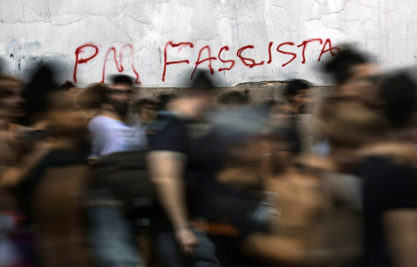 Vendredi, dans le centre de Rio, les murs blancs du siège du conseil municipal étaient tagués avec de nombreux slogans hostiles à la police et au gouvernement du président conservateur Michel Temer.