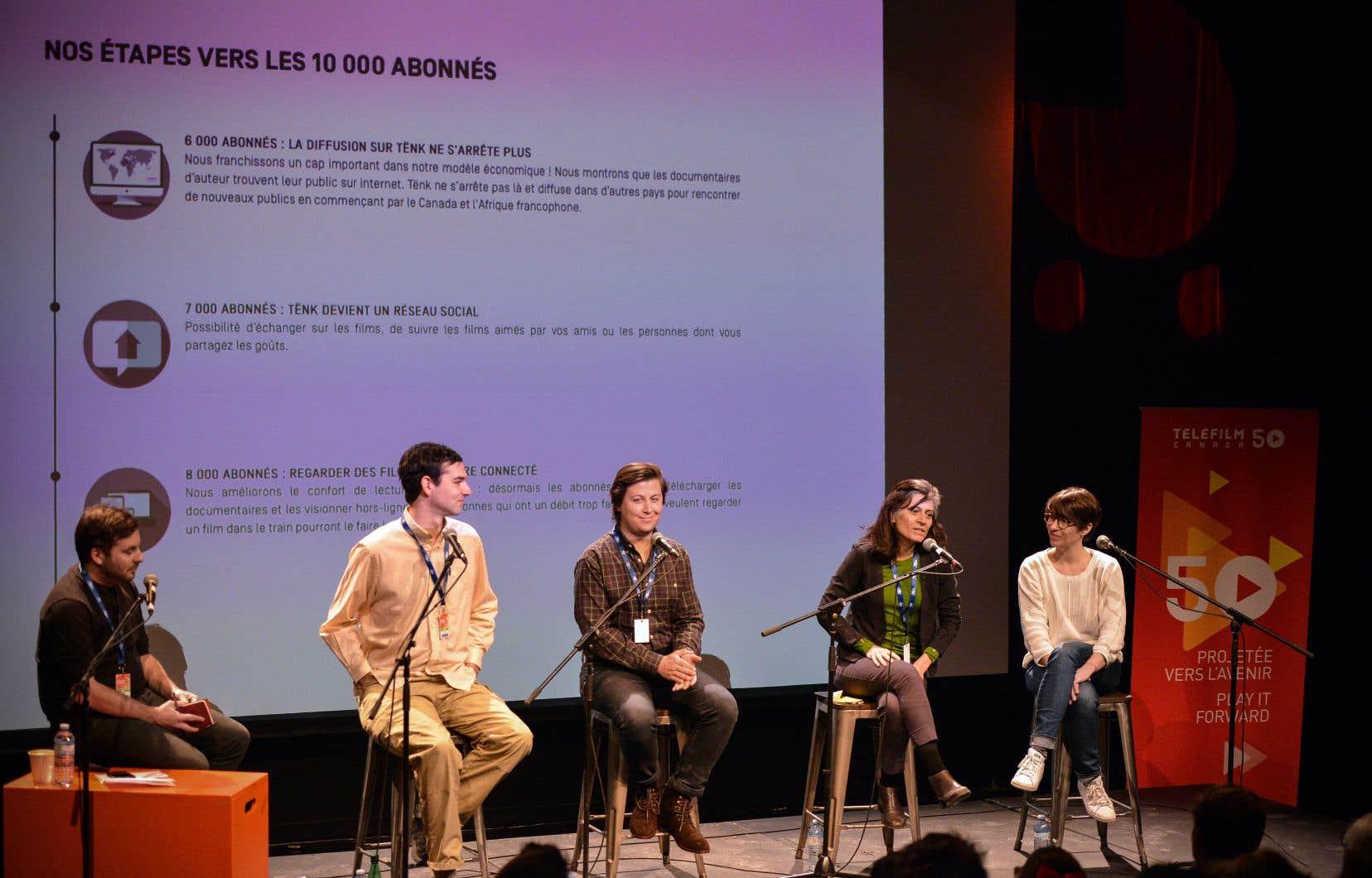 Paul Laudriau (AQCC), Kurt Walker (MUBI), Eric Malyshev (Fandor), Anne Paré (VUCAVU/Les films du 3mars) et Madeline Robert (Tënk) étaient présents à la table ronde «Cinéma d'auteur en <em>streaming</em>» au festival Regard, à Saguenay.