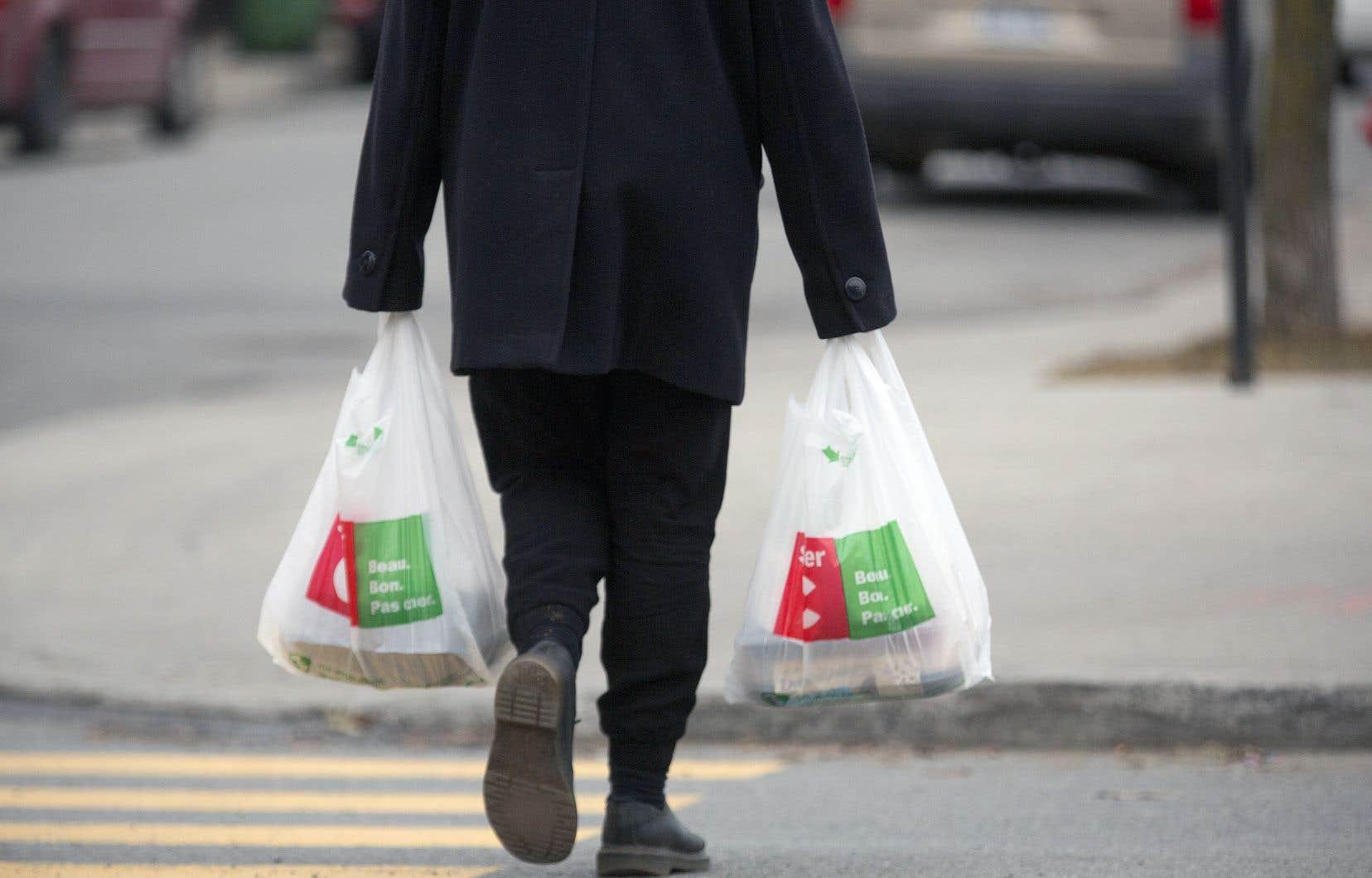 Pour les quartiers où l'offre alimentaire est inexistante, à part les bons vieux dépanneurs, l'utilisation du transport en commun est nécessaire pour aller faire son épicerie, souligne l'auteure.