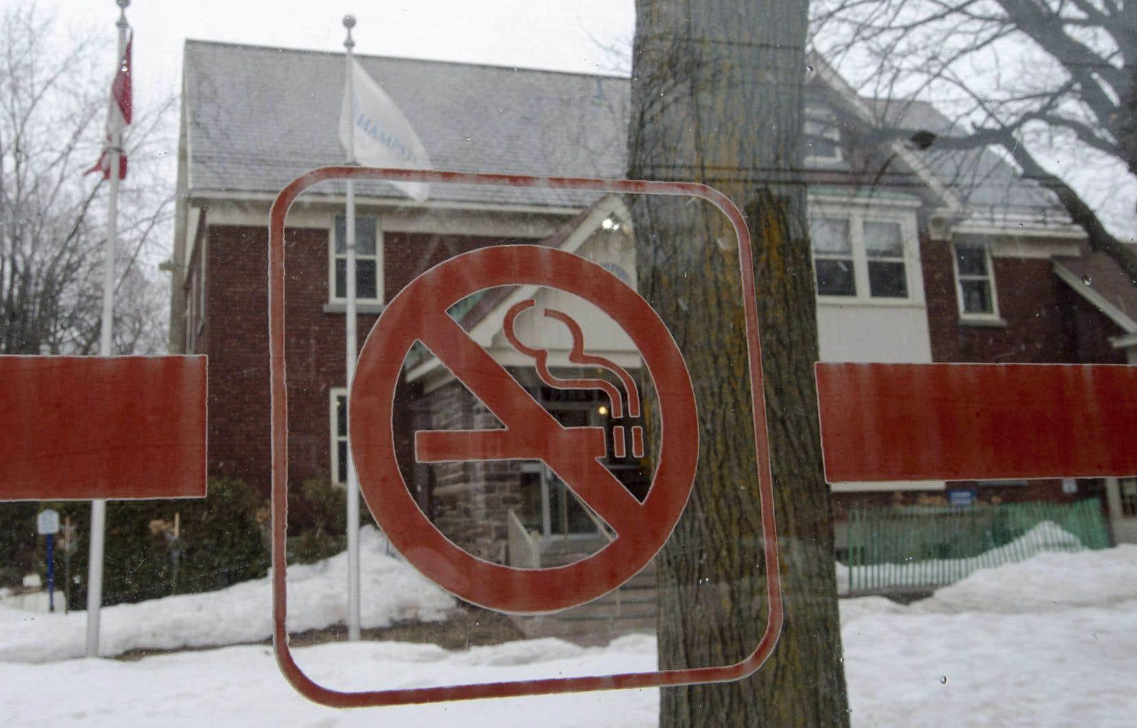 Il y aura interdiction de l'usage du tabac sur l'ensemble des propriétés municipales «incluant les parcs, les rues, les trottoirs, les édifices municipaux».