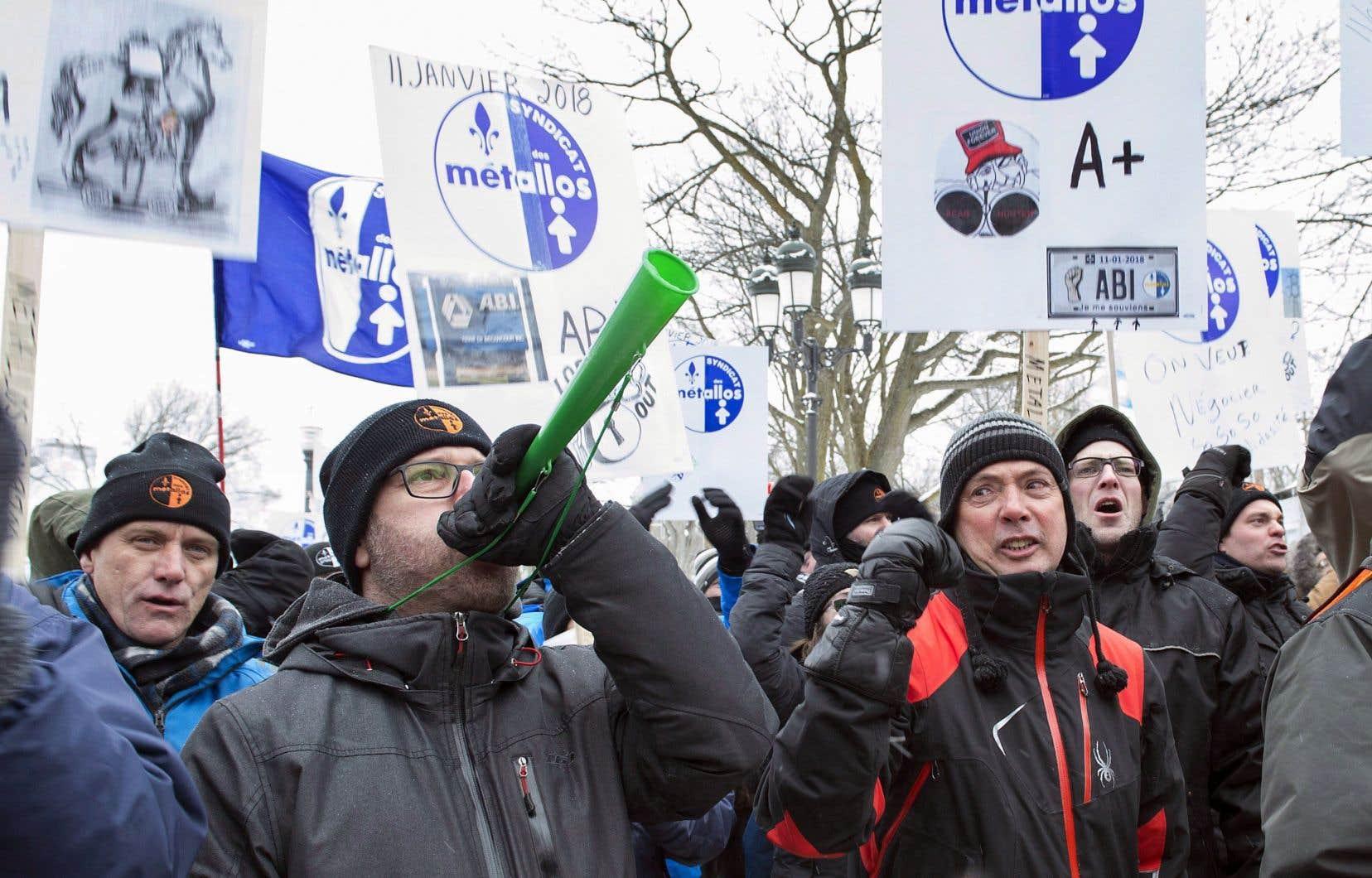 Des travailleurs de l'Aluminerie de Bécancour ont manifesté à Québec le 7 février.
