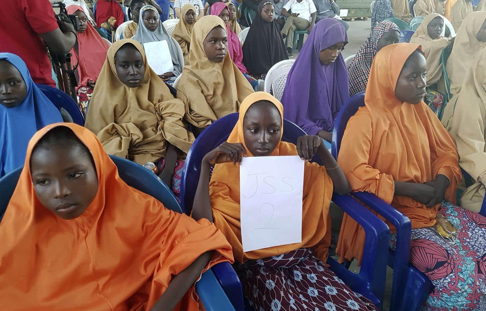 Au moins 104 adolescentes ont été ramenées par des membres de Boko Haram, à bord de neuf camions, aux premières heures de la journée, selon le gouvernement.
