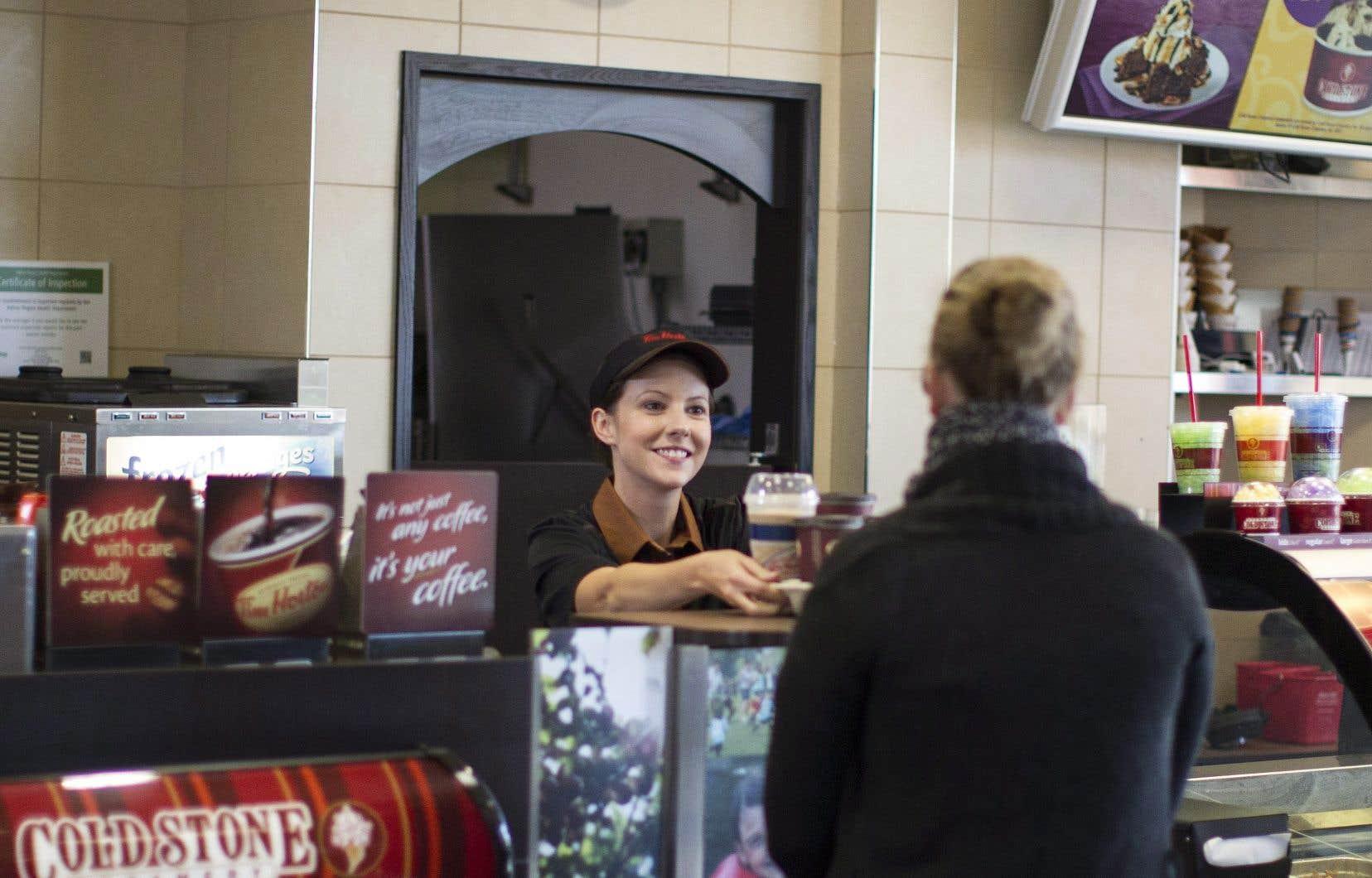 Tim Hortons a finalement augmenté le prix de certains produits, après avoir tenté de trancher dans les avantages sociaux de ses employés.