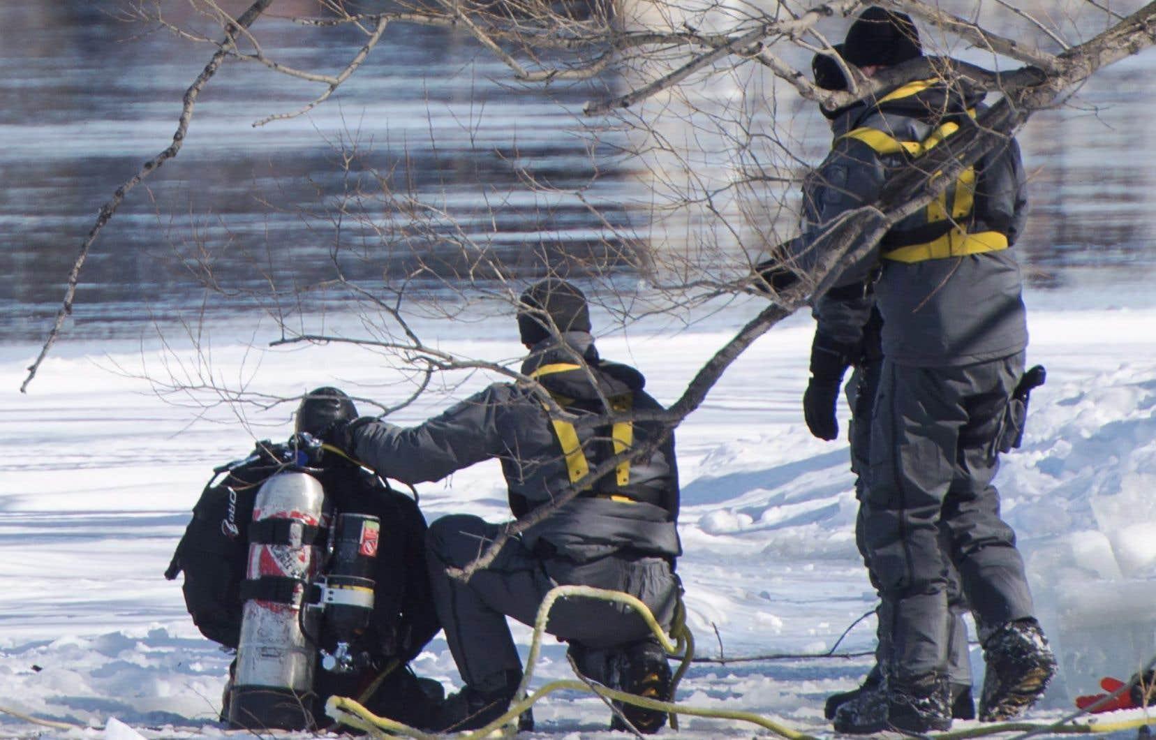 <p>Des plongeurs du SPVM ont mené six fouilles différentes dans la rivière des Prairies, lundi et mardi, mais elles ont été vaines.</p>