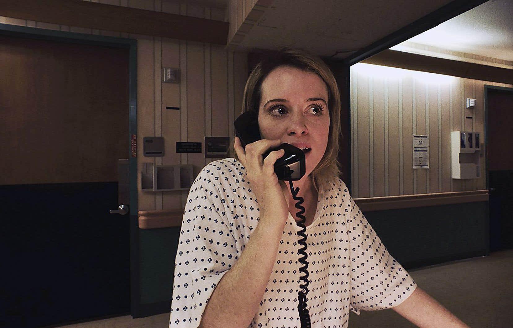 Sawyer Valentini (Claire Foy) fuit un homme déséquilibré amoureux d'elle.