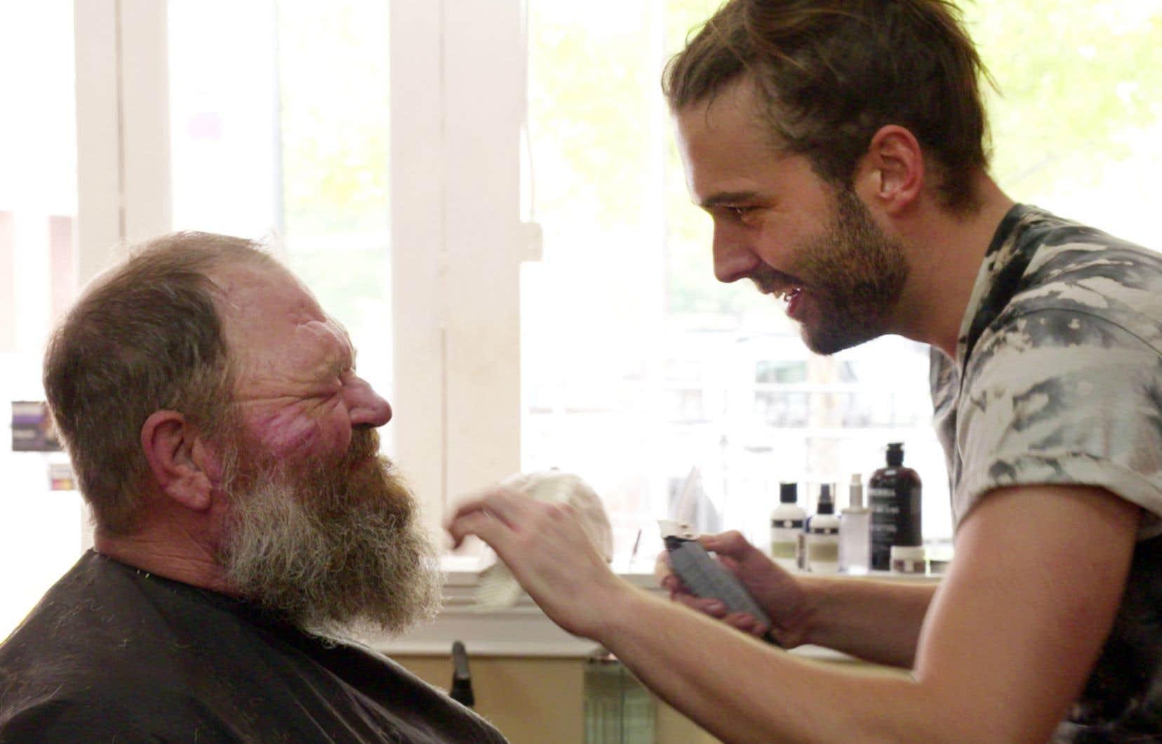 Tom, cherchant à reconquérir son ex-flamme, se fait expliquer les choses de la vie par le coiffeur Jonathan Van Ness dans «Queer Eye». Tonte en prime.