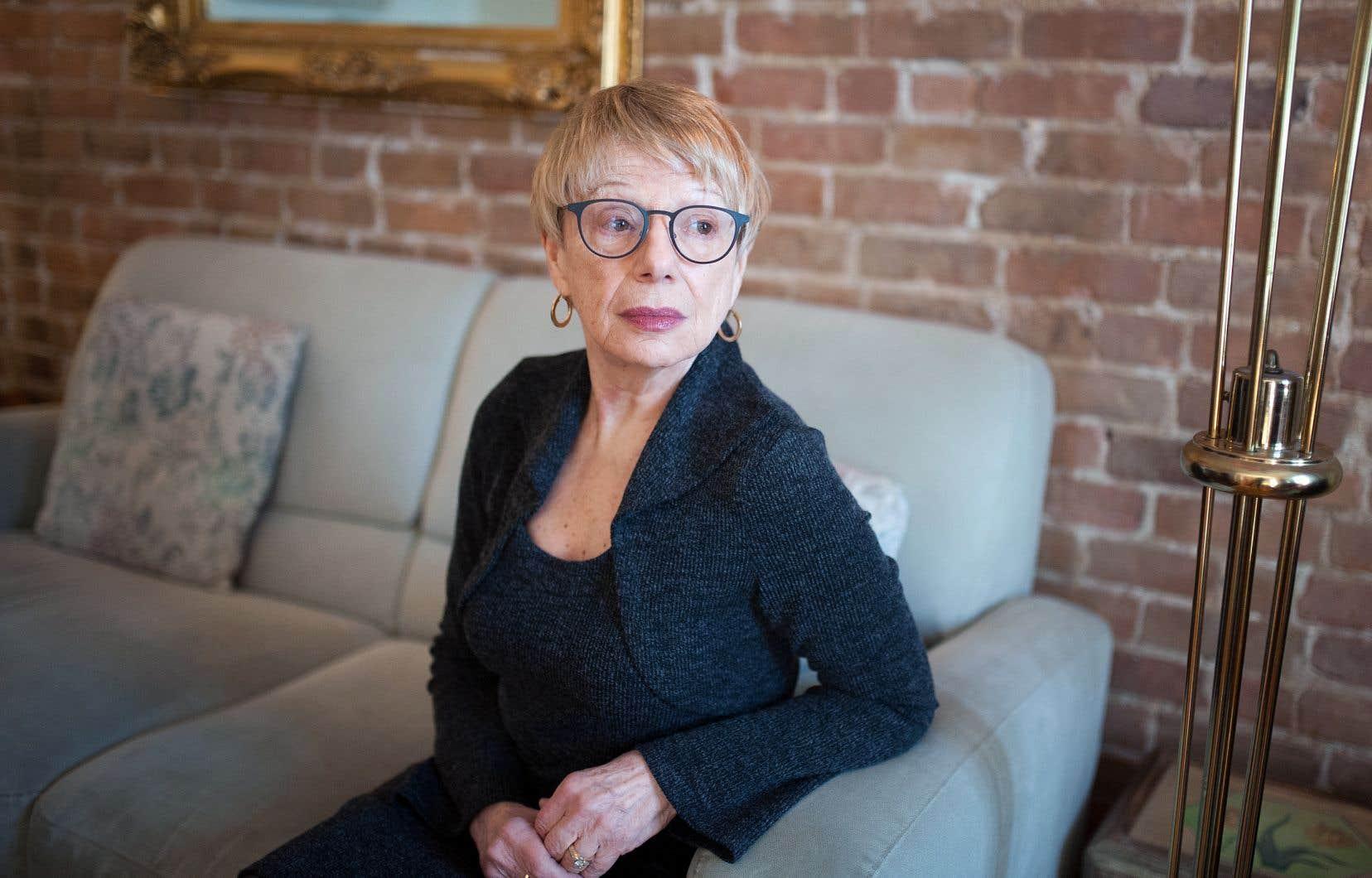 L'auteure révèle l'écriture engagée d'une féministe lucide dont les exigences littéraires donnent à sa subjectivité une force de frappe redoutable.