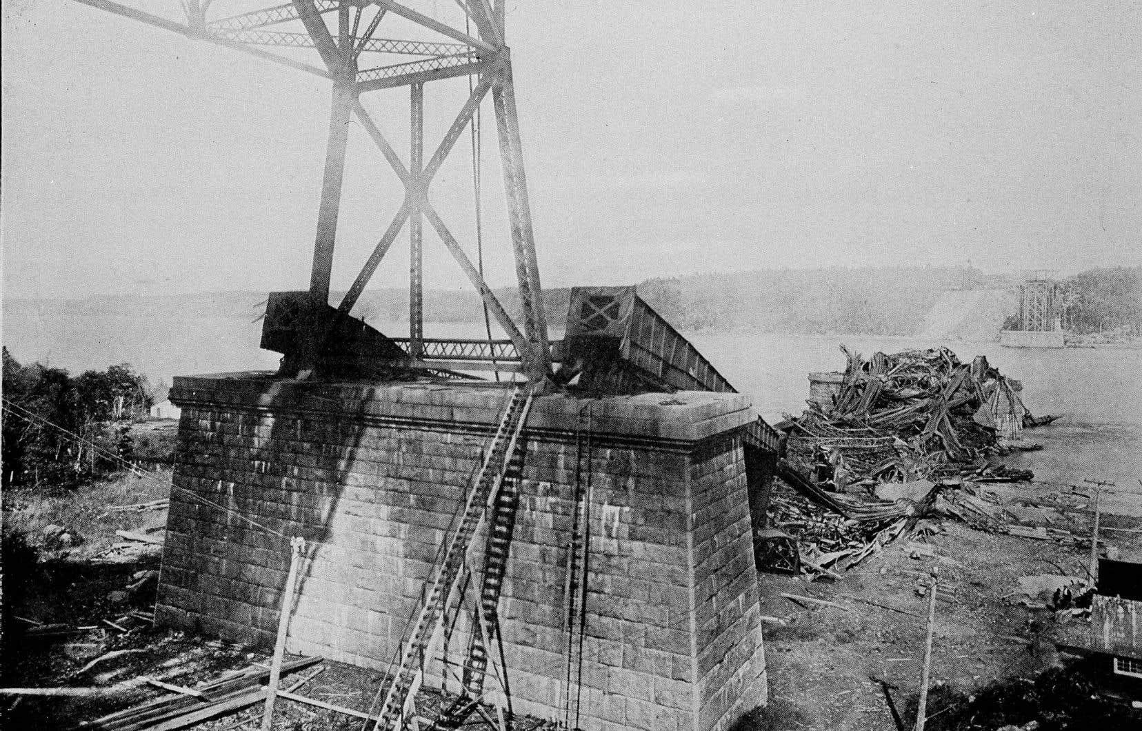 Les travaux de construction du pont de Québec vont bon train jusqu'en 1907, moment où le pilier de la structure s'effondre, tuant 76 hommes. C'est la première de deux catastrophes qui feront entrer cette structure dans la légende.