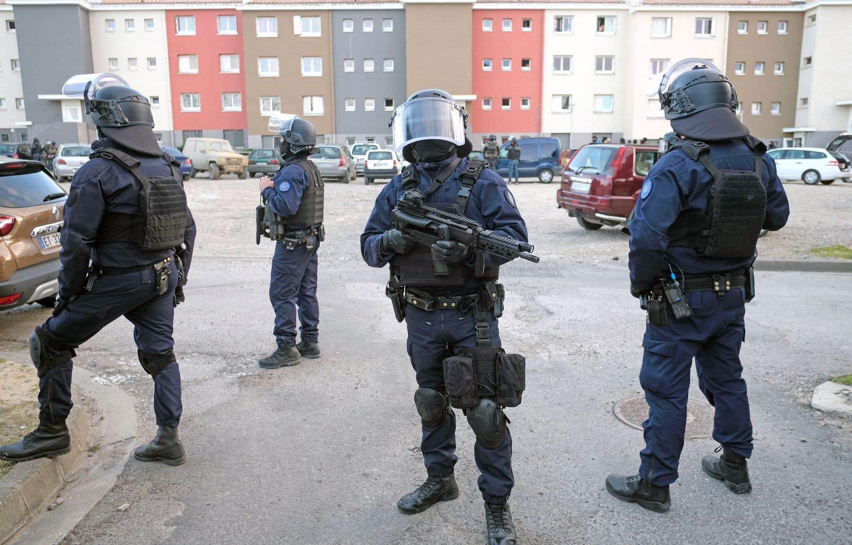 Policiers cagoulés et lourdement armés, engin blindé: les forces de l'ordre sont descendues en masse vendredi perquisitionner dans la petite cité Ozanam de Carcassonne, où résidait Radouane Lakdim, l'auteur dans la journée d'une prise d'otages meurtrière.