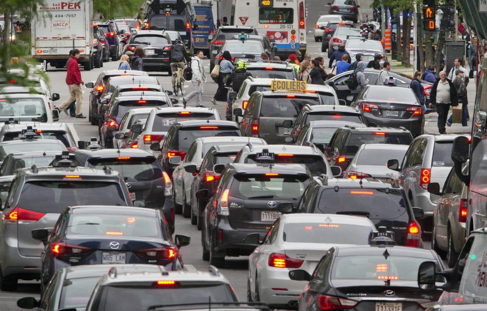 Pour réduire ses émissions de GES, le gouvernement Couillard reconnaît qu'il devra intervenir de manière «prioritaire» dans le secteur des transports.