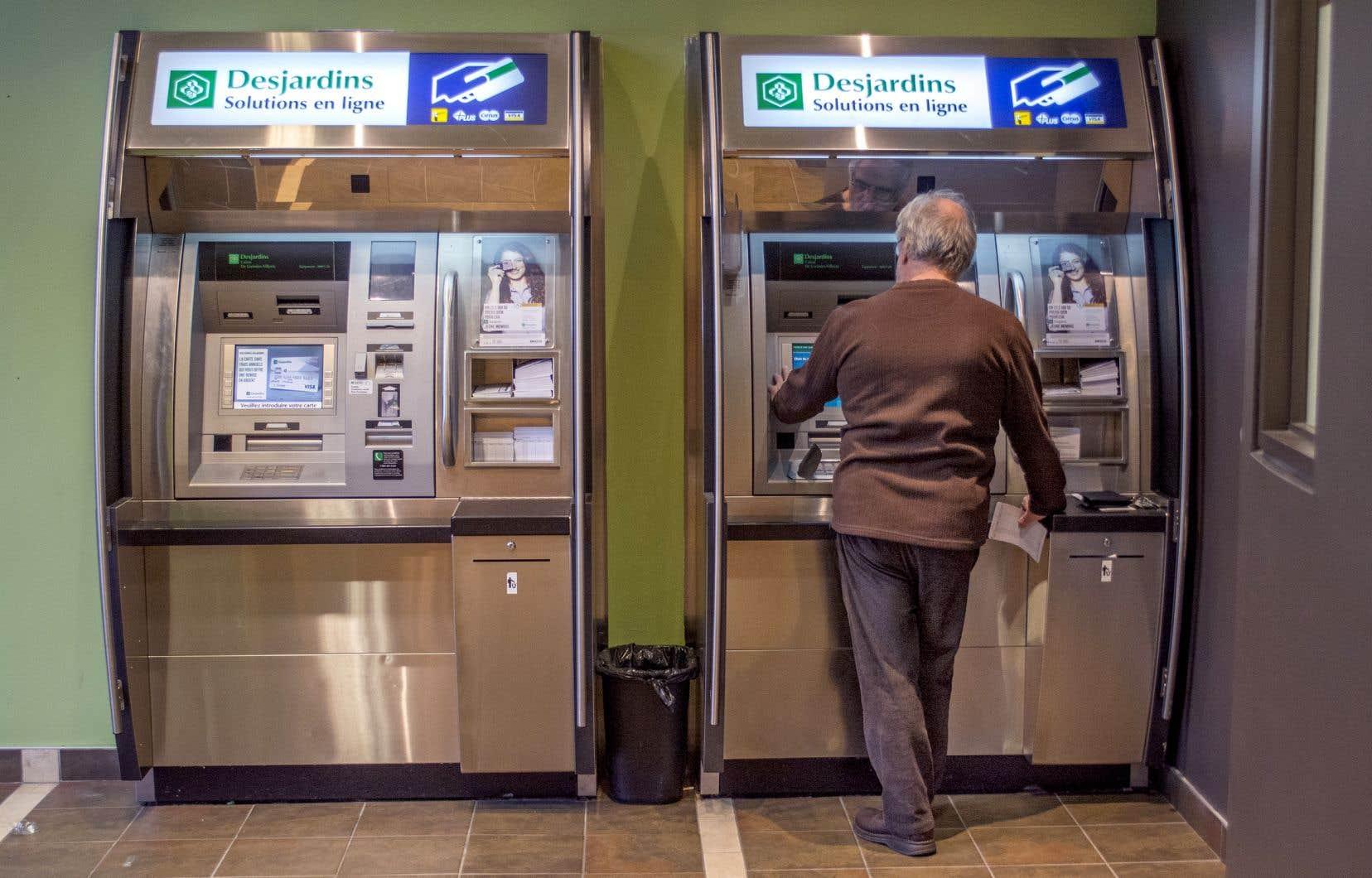 De 2012 à 2017, près de 500 guichets automatiques Desjardins ont été débranchés, déplore l'auteur.