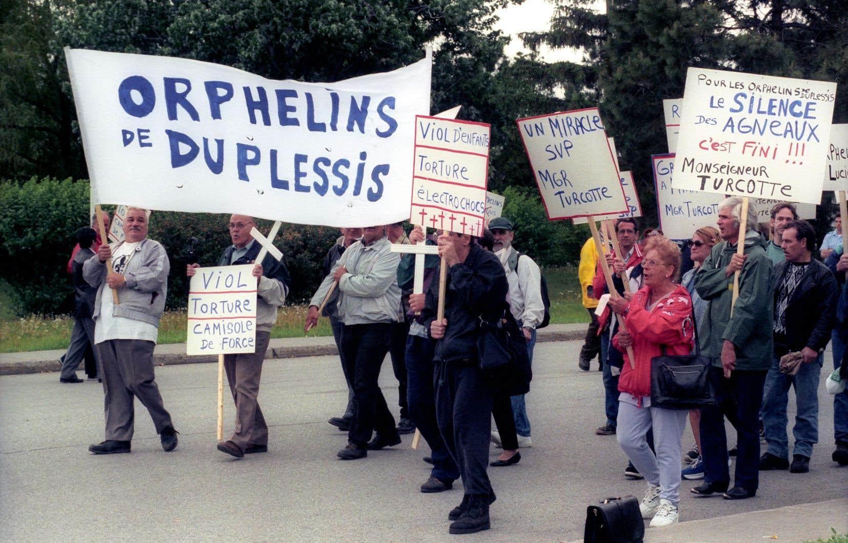 Manifestation des Orphelins de Duplessis, en 1999. Une somme dérisoire de 15 000$ leur a été allouée en 2001.