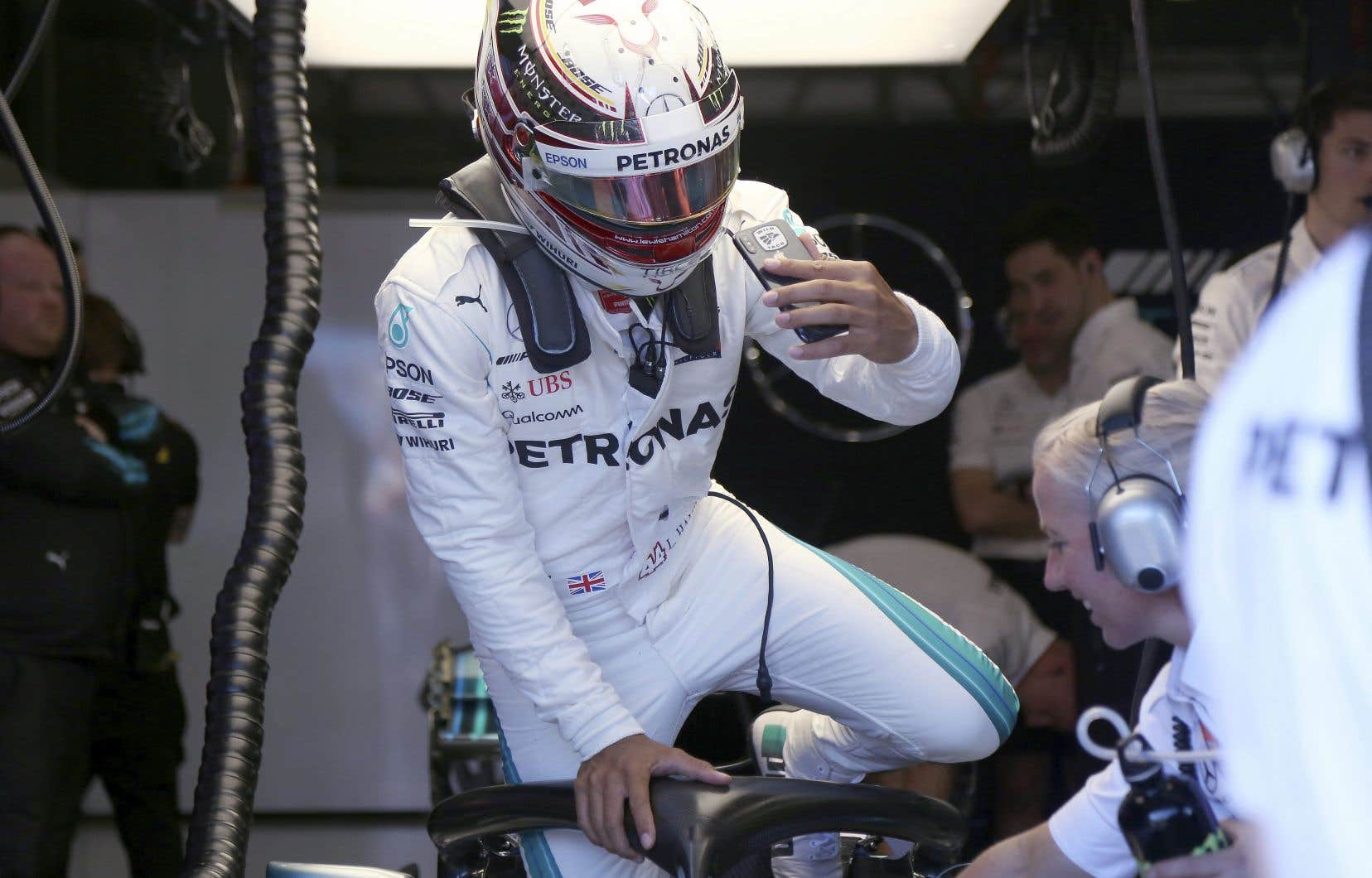 Le pilote britannique de chez Mercedes Lewis Hamilton s'extrait de sa voiture à la suite de la deuxième séance d'essais du Grand Prix d'Australie, qui marque la première course de la saison.