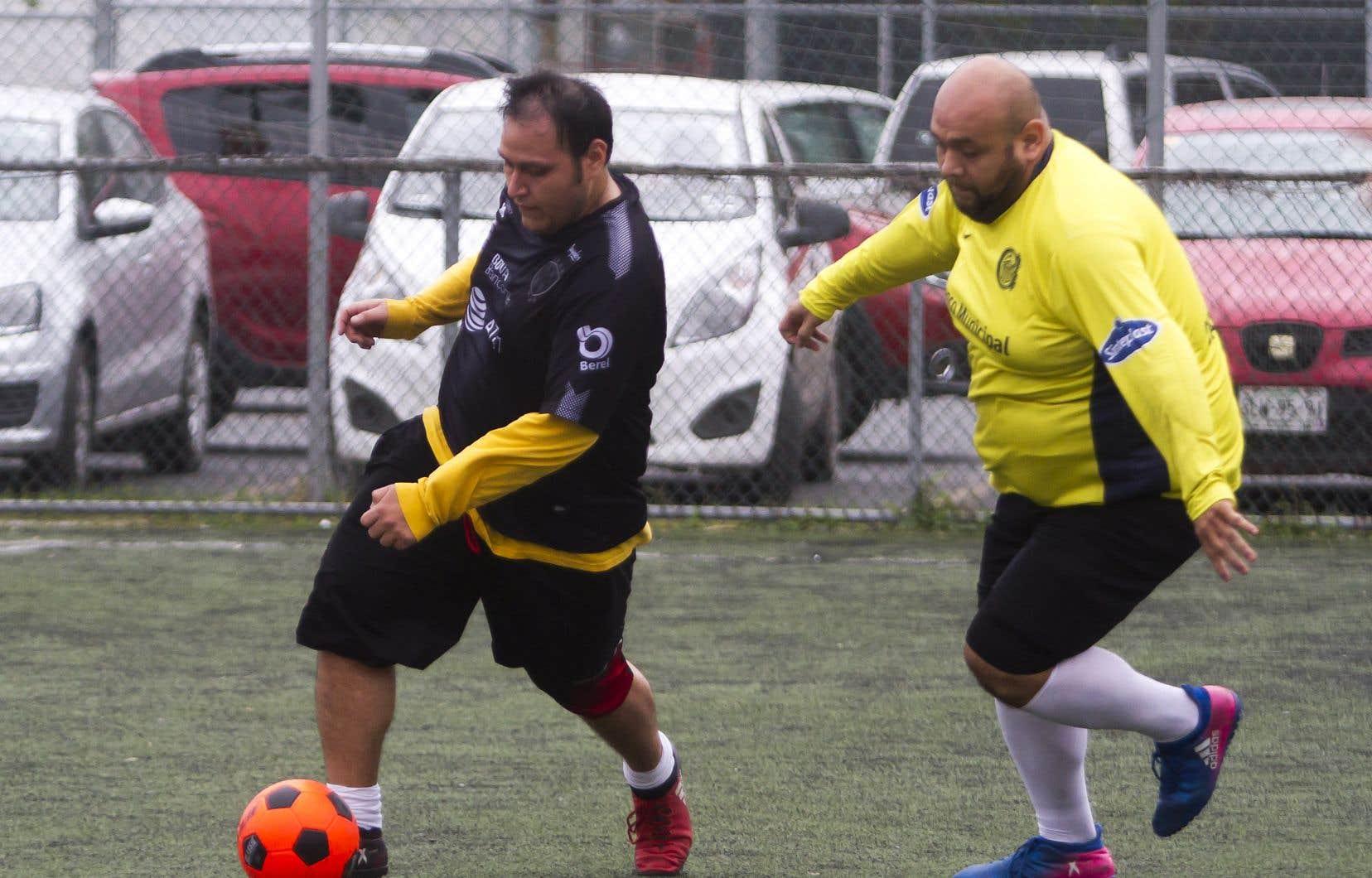 Lors du tournoi «Futbol de Peso» (soccer de poids),on ne comptabilise pas seulement les buts marqués, mais aussi les kilos perdus par chaque équipe.