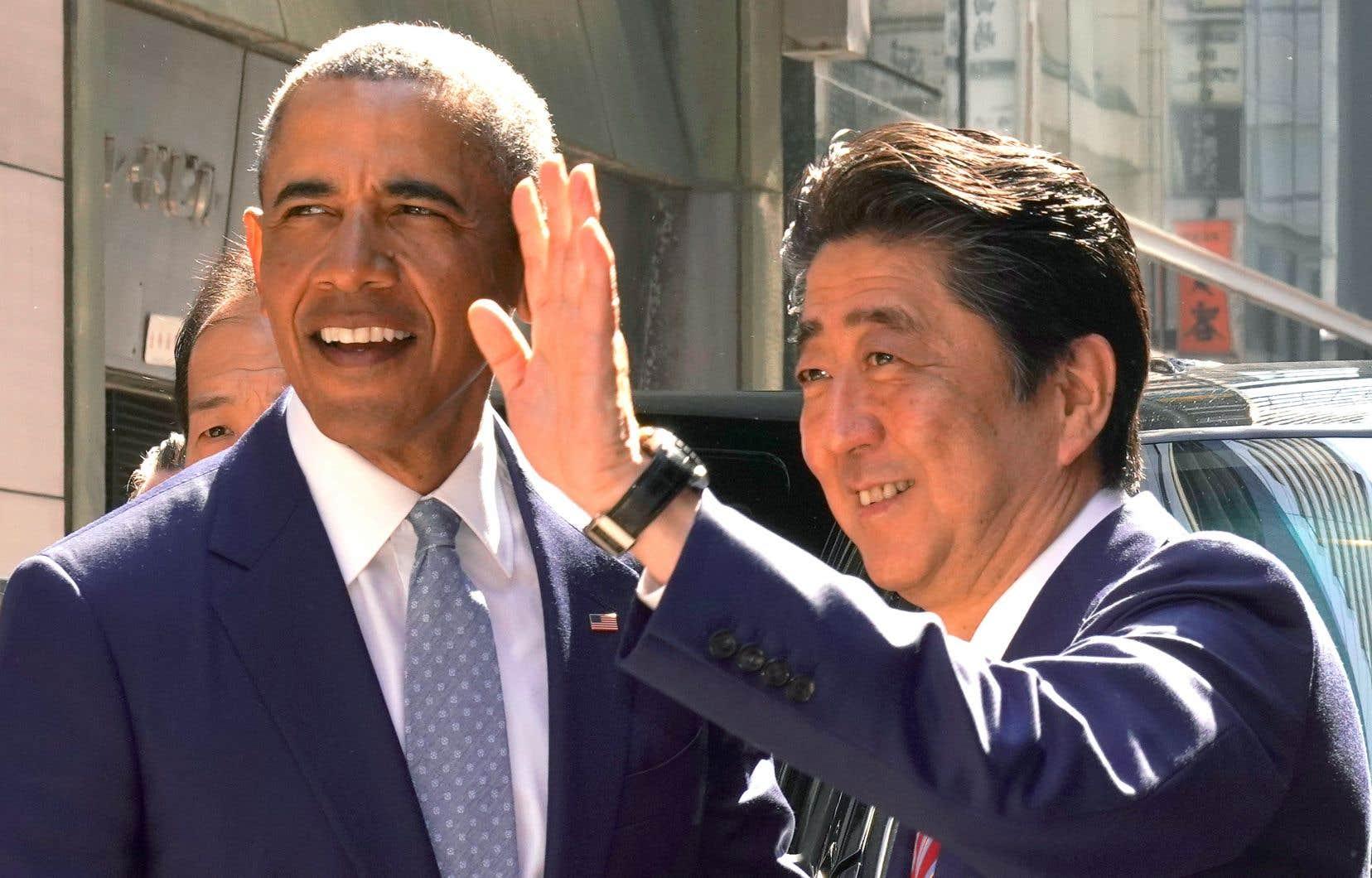L'ex-président américain Barack Obama et le premier ministre japonais, Shinzo Abe, à Tokyo, dimanche