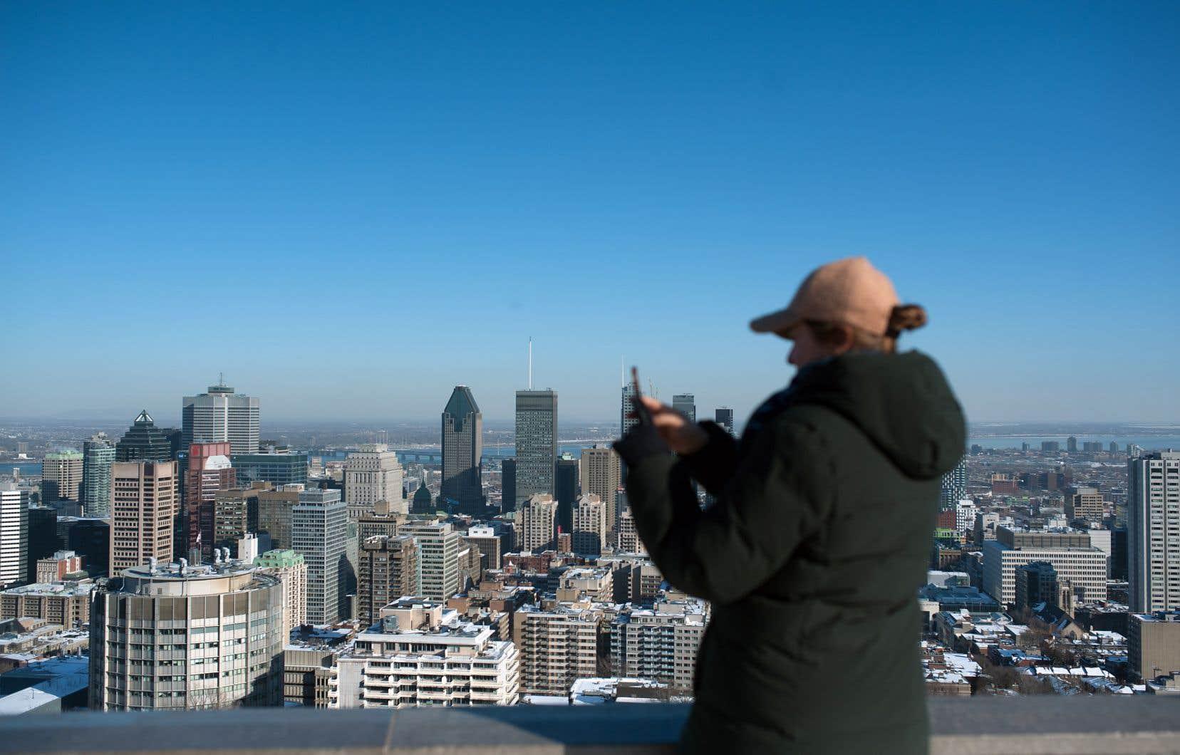 Le film de Martin Frigon s'inspire de l'enquête menée par le journaliste anglophone Henri Aubin dans les années 1970 sur la nature des intérêts de ceux qui possèdent les grandes tours montréalaises.