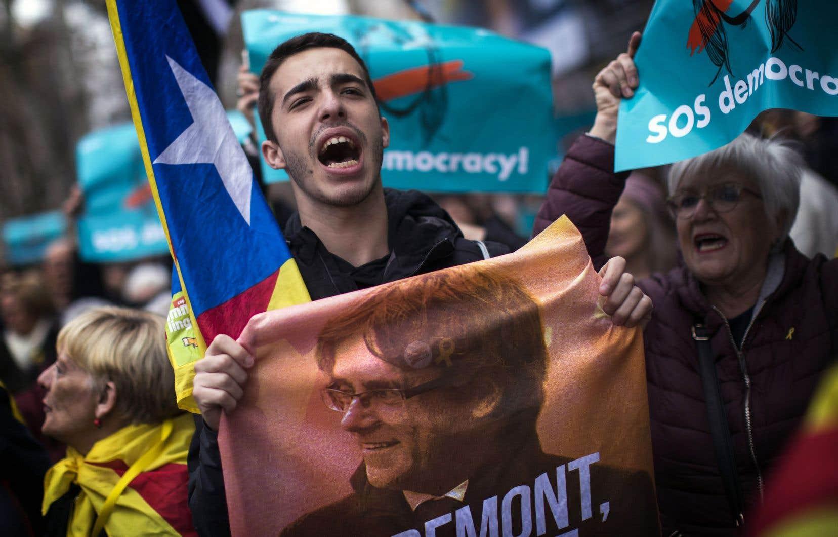 Des milliers de séparatistes catalans sont descendus dans les rues de Barcelone dans les heures suivant l'arrestation de Carles Puigdemont.