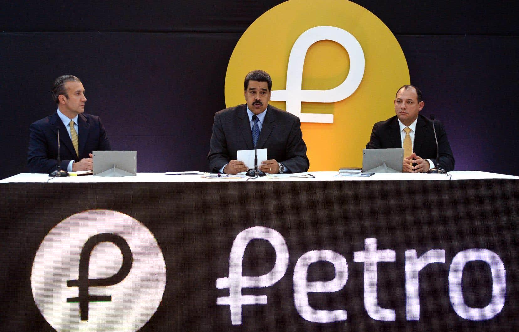 Le président du Venezuela, Nicolas Maduro (au centre), souhaite généraliser le petro comme moyen de paiement parmi la population.