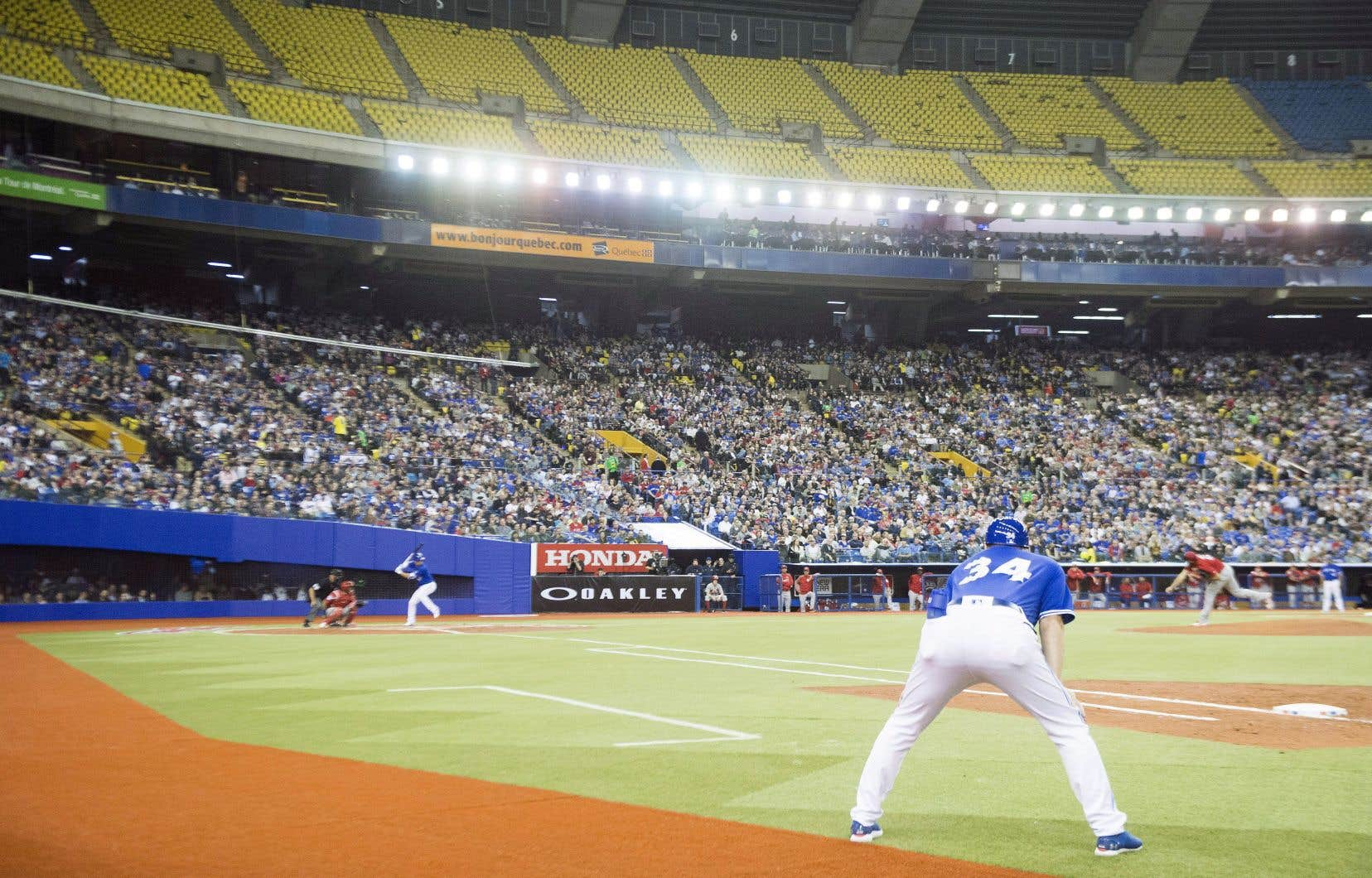 Plus de 25000 spectateurs ont assisté au premier match préparatoire entre les Blue Jays de Toronto et les Cardinals de St. Louis, lundi soir au Stade olympique.