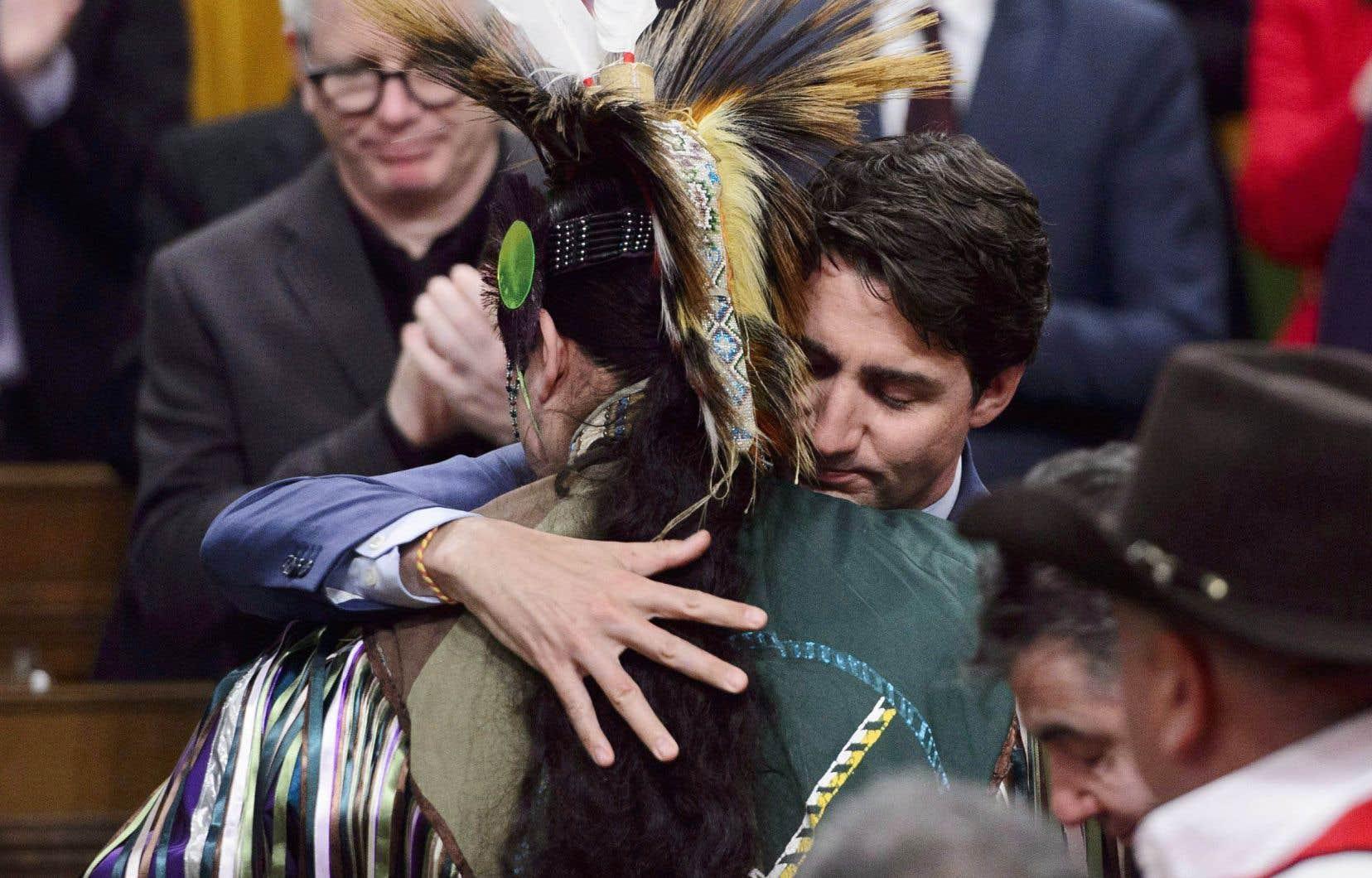 Le premier ministre Justin Trudeau étreint un membre de la nation Tsilhqot'in au parlement d'Ottawa, le 26 mars dernier, alors qu'il innocentait six chefs autochtones exécutés par le gouvernement colonial de la Colombie-Britannique il y a plus de 150 ans.