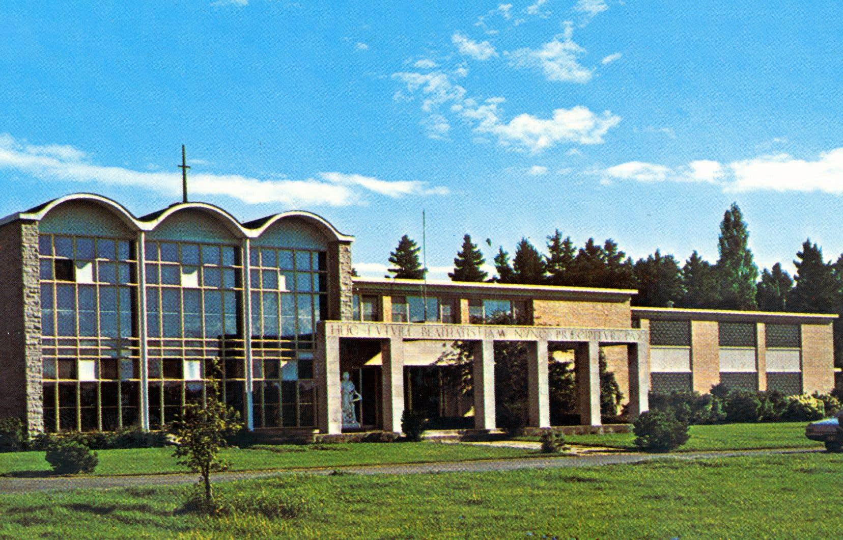 La Villa Saint-Jean, un bâtiment à l'architecture moderne dessiné par les architectes Lucien Mainguy et Zbigniew Jarnuszkiewicz, risque de passer sous le pic des démolisseurs.