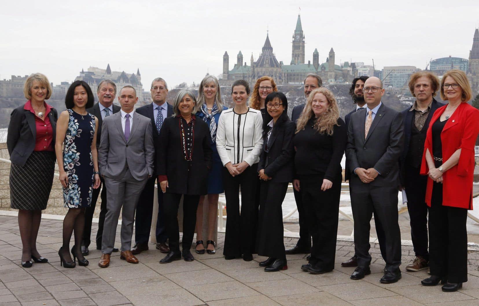 La ministre des Sciences Kirsty Duncan, entourée de sommités. Dans le but d'attirer des chercheurs de haut niveau, le gouvernement du Canada avait prévu dans son budget 2017 un investissement de 117,6 millions de dollars pour un programme de chaires de recherche.