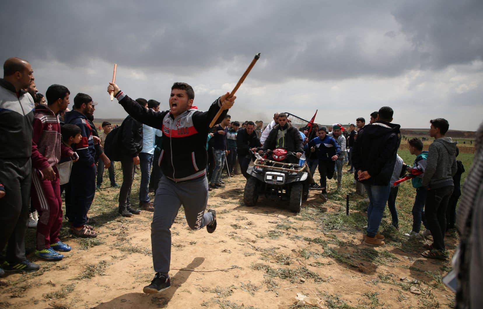 Un manifestant palestinien qui a été blessé lors d'une échauffourée avec les soldats israéliens est transporté sur un véhicule tout-terrain.