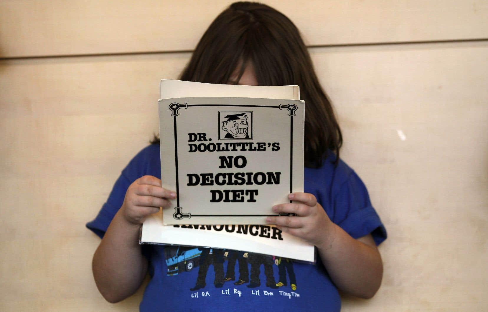 Une jeune fille lit ses répliques d'une saynète présentée dans le cadre du programme Shapedown, en novembre 2010 à Aurora, au Colorado, destiné aux enfants et adolescents obèses.