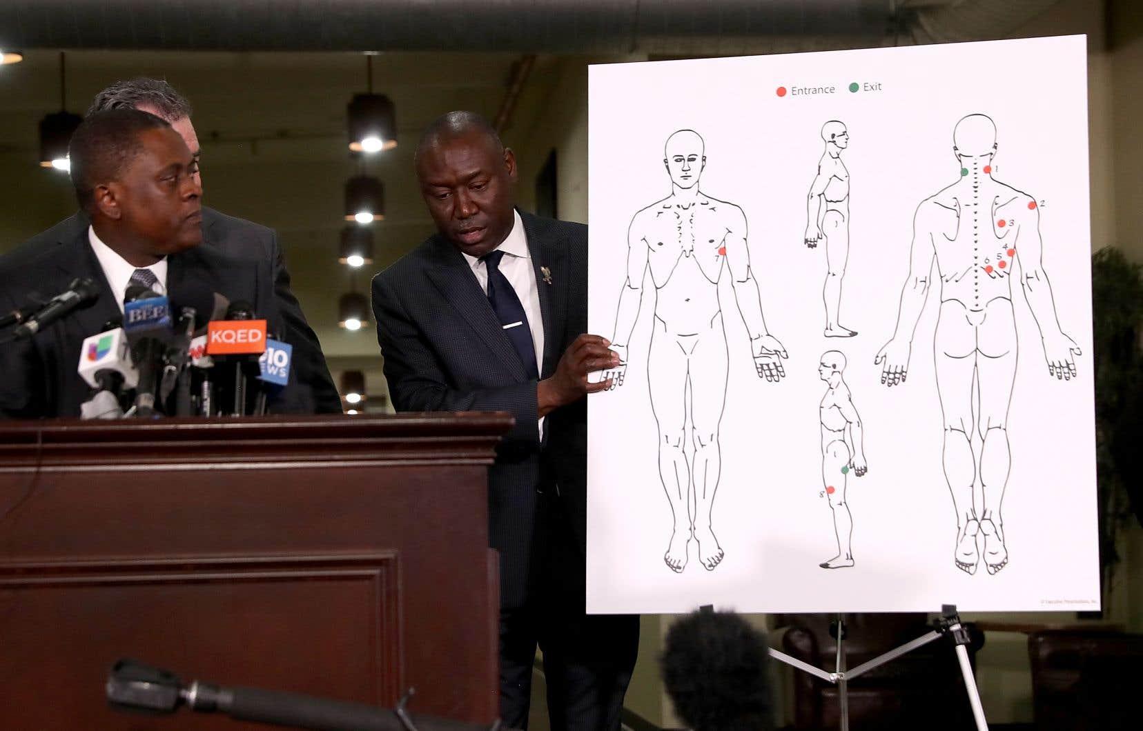 L'avocat Benjamin Crump tient un diagramme montrant les blessures par balles de Stephon Clark lors d'une conférence de presse au Southside Christian Center à Sacramento, en Californie.