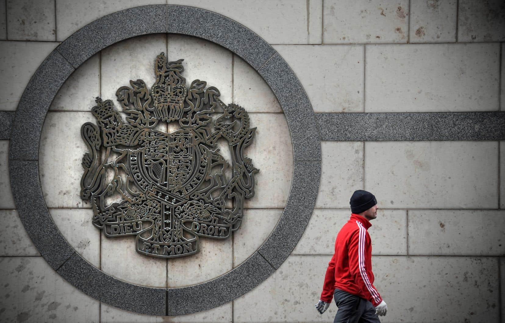 Un homme marche devant l'ambassade britannique à Moscou, le 14 mars dernier.