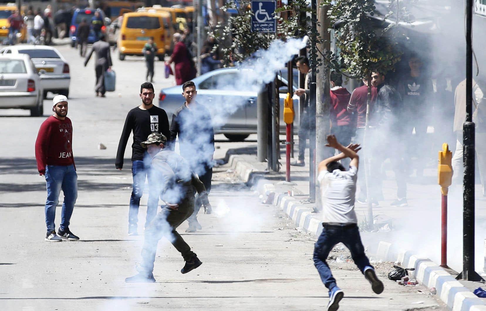 Une scène d'affrontement entre les forces israéliennes et des manifestants palestiniens dans la ville occupée d'Hébron, en Cisjordanie, samedi