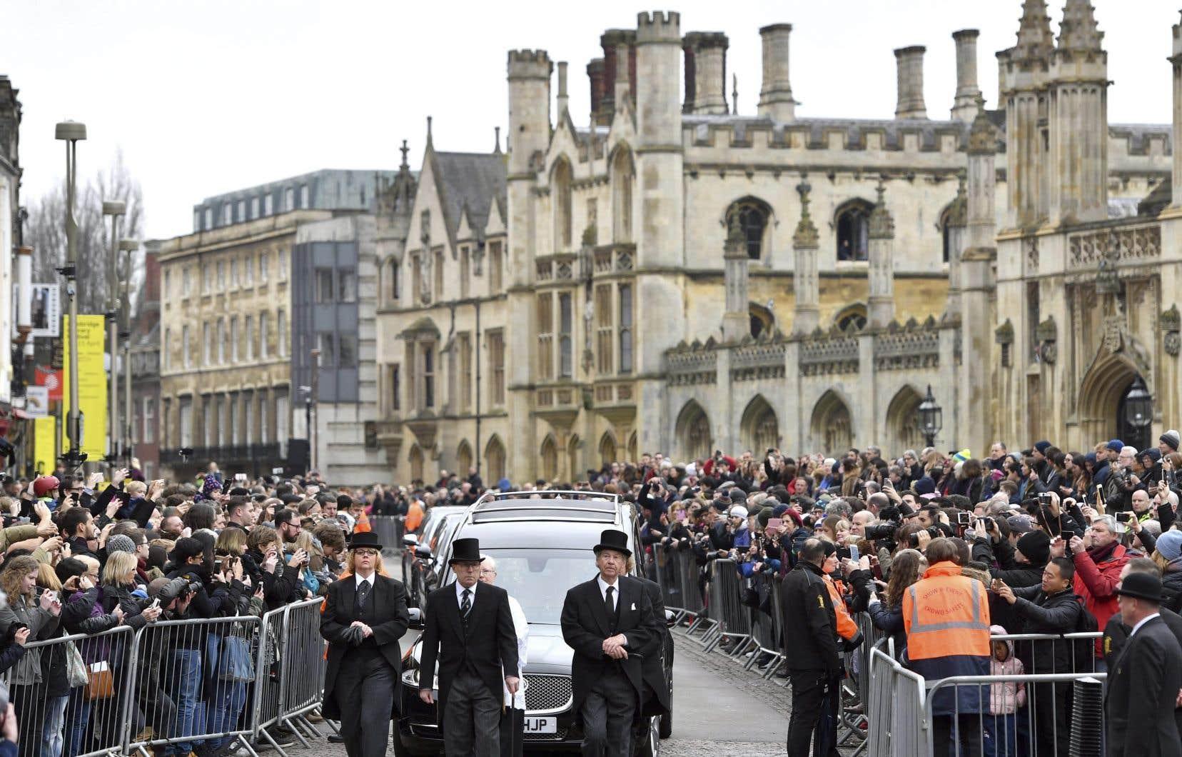 Le corbillard contenant la dépouille du professeur Stephen Hawking arrive à l'église de l'église St Mary the Great à Cambridge en Angleterre, samedi.