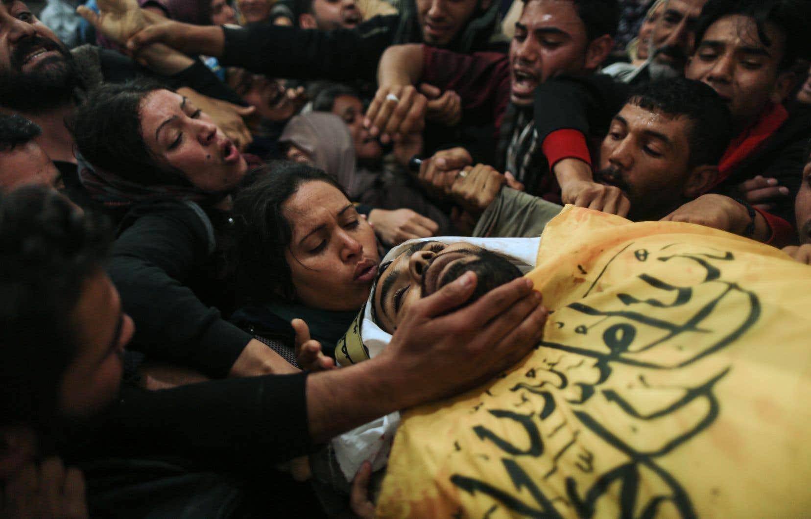 Dans plusieurs villes de la bande de Gaza, une foule compacte a accompagné les cercueils de manifestants tués la veille.
