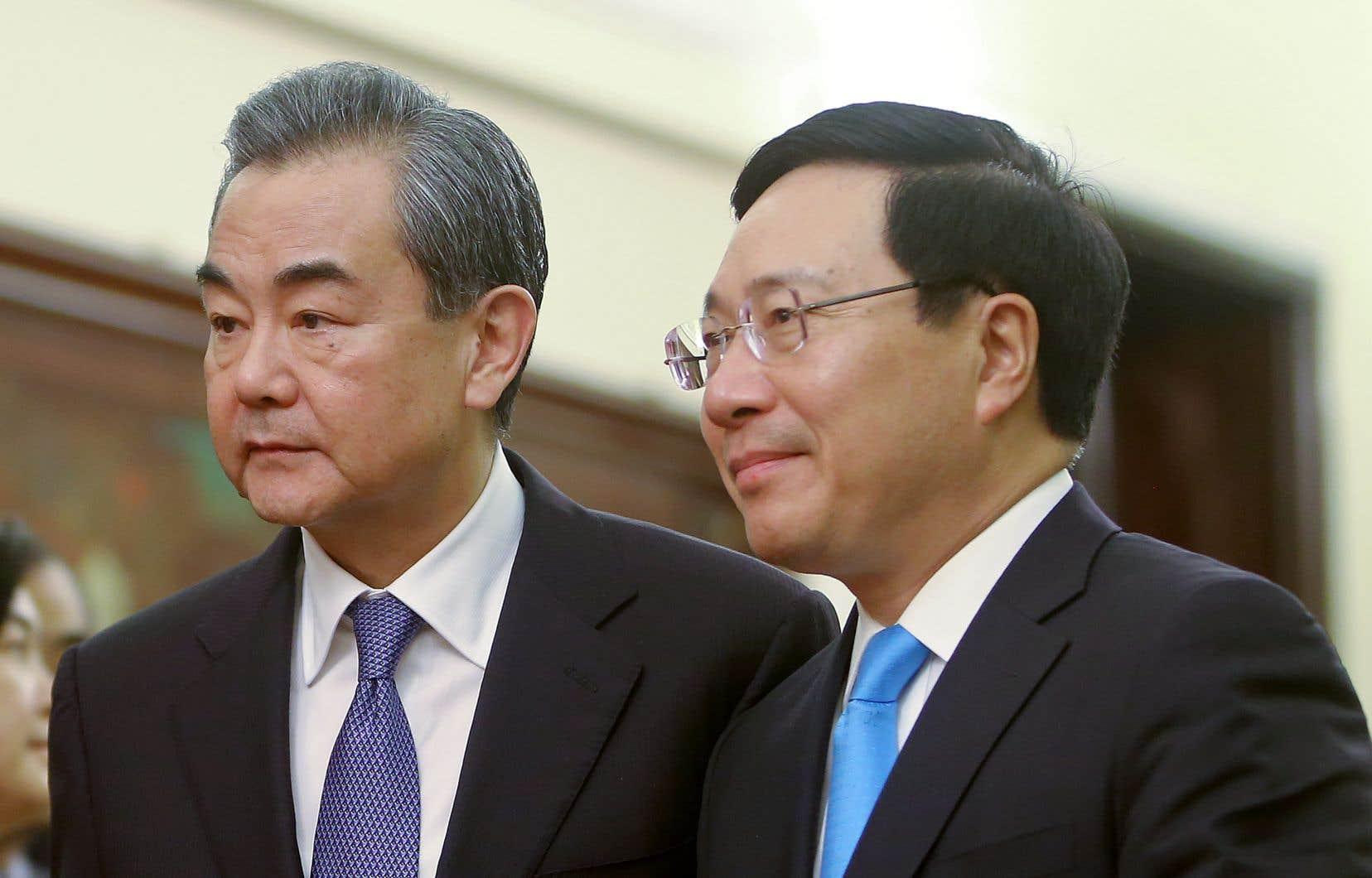 Le ministre vietnamien Pham Binh Minh etle ministre chinois Wang Yi, dimanche