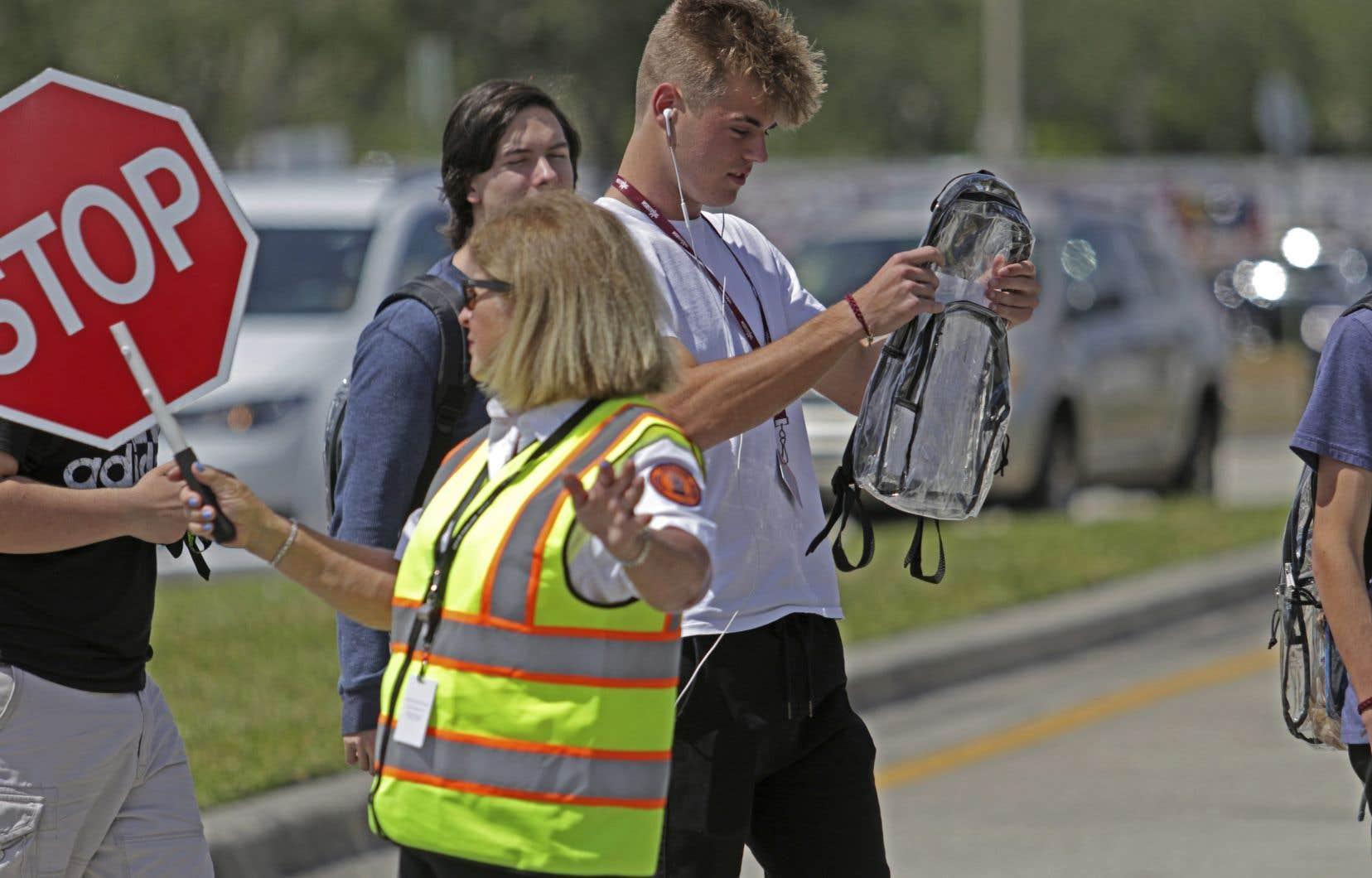 Les élèves de l'école secondaire Marjory Stoneman Douglas devront leurs effets scolaires dans des sacs à dos transparents.