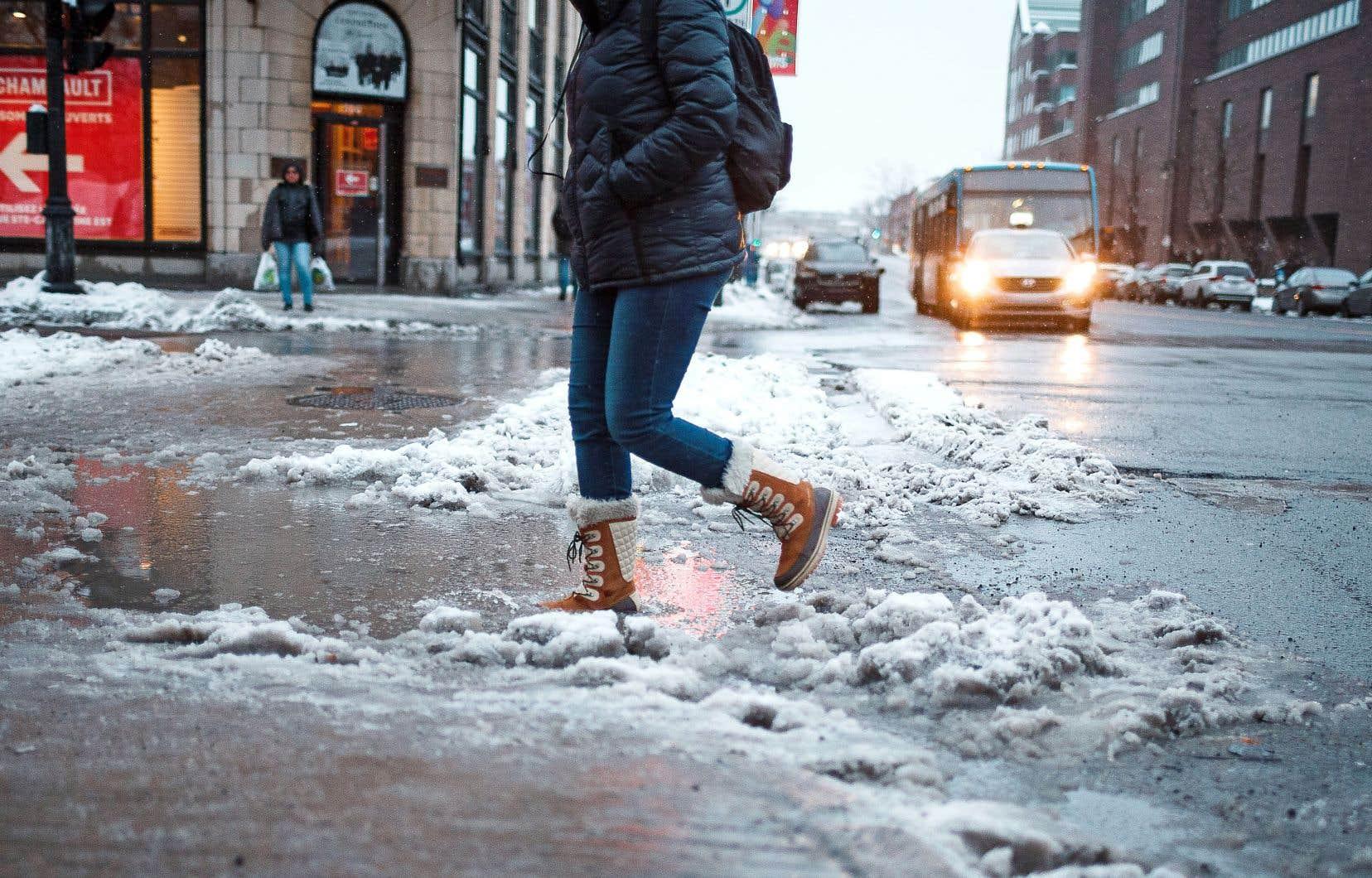 Le point le plus haut de la plupart des rues est situé au centre de la chaussée, alors que les intersections se retrouvent aux points les plus bas, causant l'accumulation de la neige mouillée.
