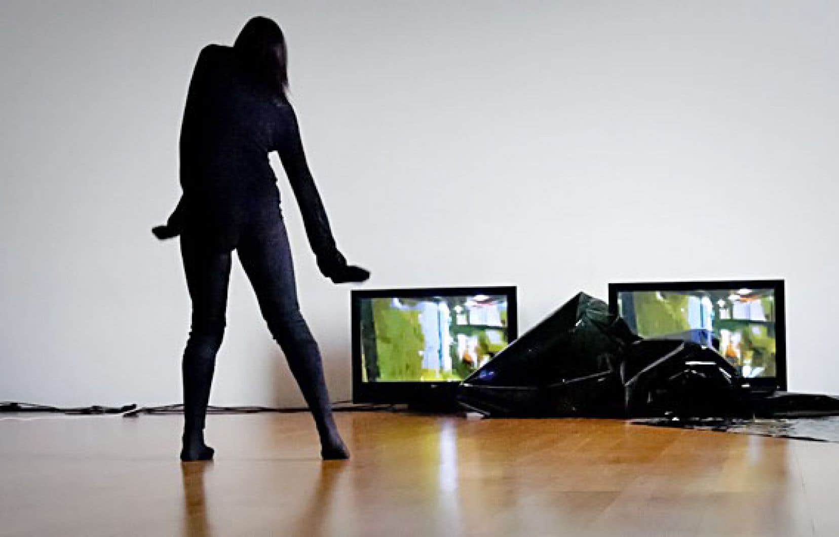 Dans cette scénographie très léchée, le son, la vidéo et les mouvements en scène entrent en correspondance et forment un tout fort cohérent.