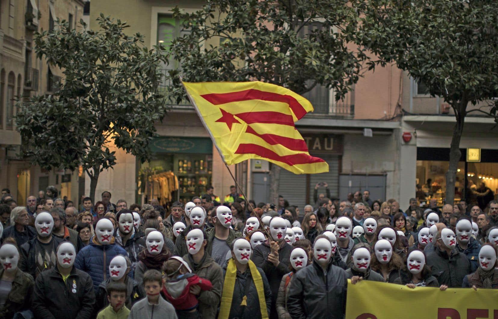 Des manifestants en soutien aux politiciens catalans emprisonnés, à Figures, en Espagne, jeudi