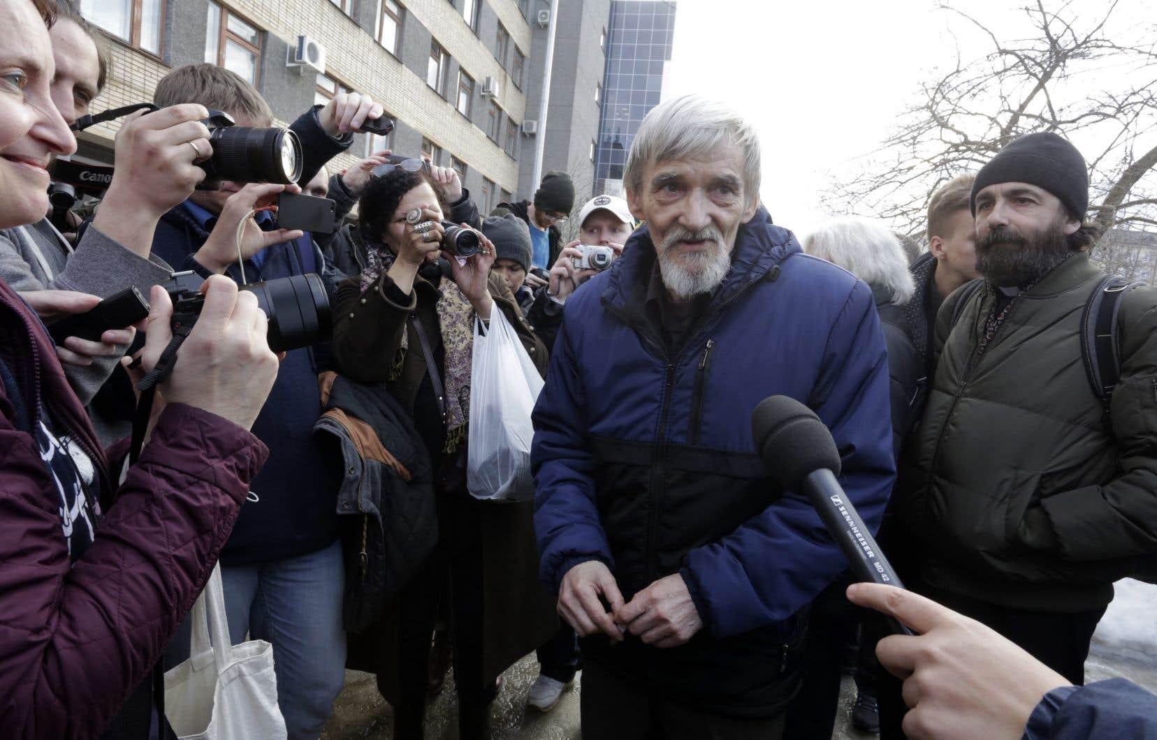 L'historien russe Iouri Dmitriev, jeudi, à sa sortie de la salle d'audience de Petrozavodsk