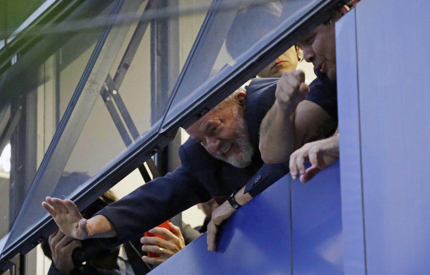 Environ une demi-heure après la fin du délai, l'ex-président est apparu à la fenêtre du syndicat des métallurgistes de São Bernardo do Campo, près de São Paulo, pour saluer les milliers de militants venus le soutenir.