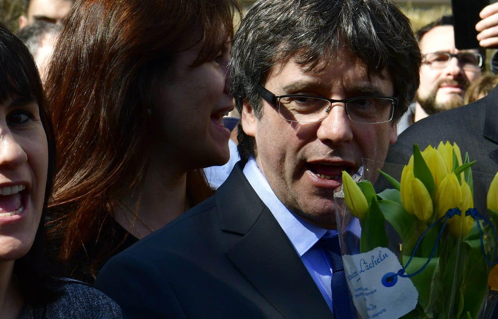 Carles Puigdemont, incarcéré depuis une dizaine de jours, a été libéré vendredi après avoir versé une caution de 75 000 euros.