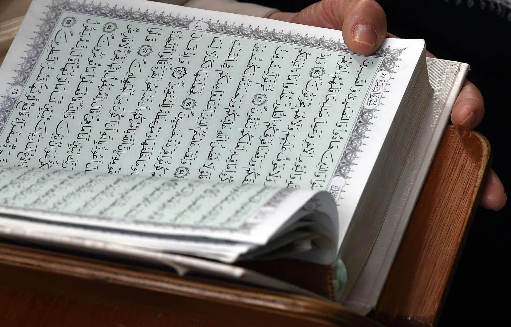 Selon l'auteur Karim Akouche, le Coran est un texte ambivalent et désordonné, où l'on trouve à la fois l'amour et la haine, la guerre et la paix.