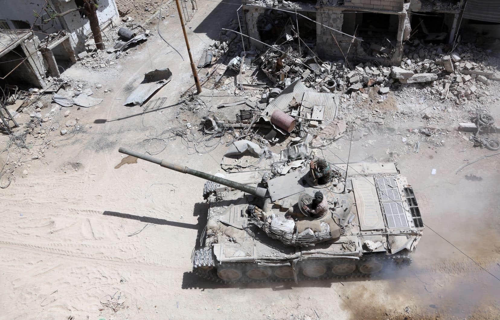 Plusieurs missiles se sont abattus lundi sur un aéroport militaire syrien dans le centre du pays.
