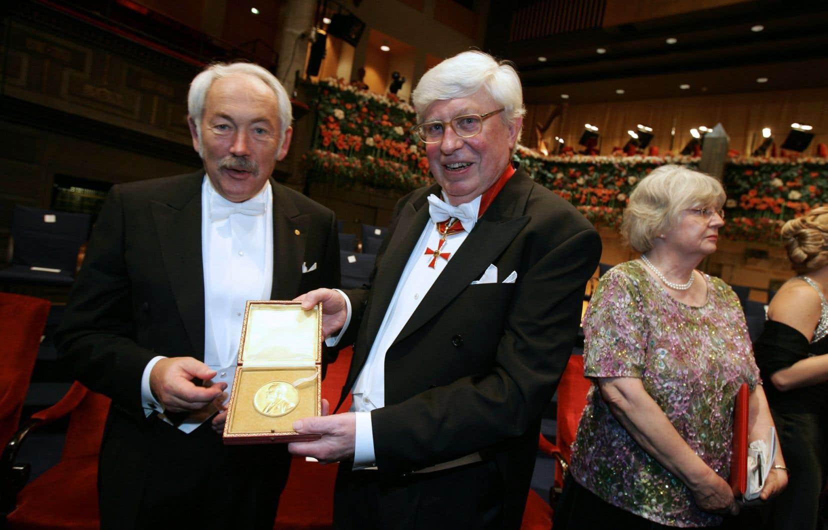 Peter Grünberg, prix Nobel de physique en 2007, aux côtés deGerhard Ertl, lauréat du prix Nobel de chimie.
