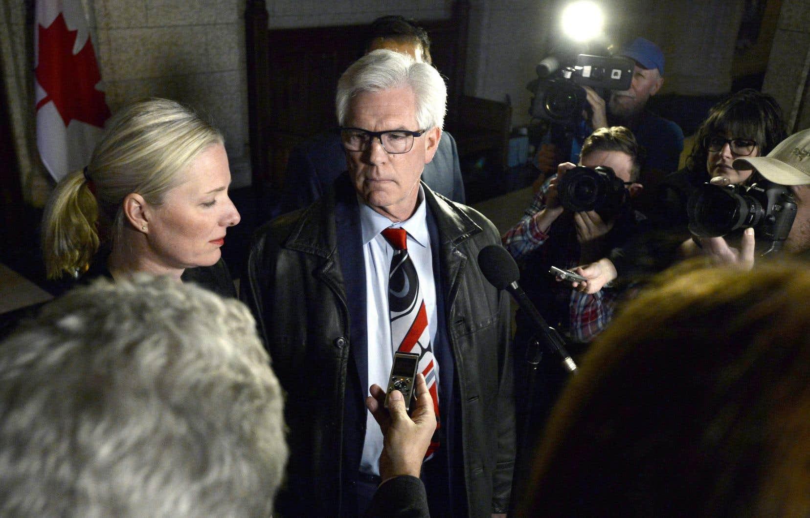 Jim Carr et Catherine McKenna, lors d'un point de presseau sortir d'une réunion d'urgence du Conseil des ministres