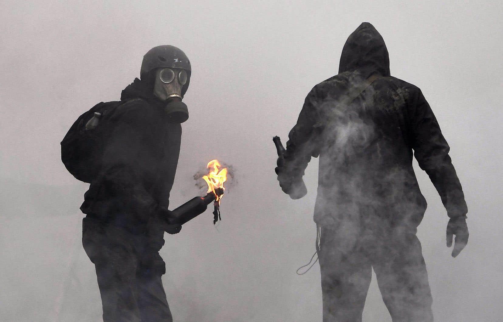 Les gendarmes ont répliqué aux projectiles lancés par un groupe de quelque 70 zadistes avec des tirs de grenades lacrymogènes et de désencerclement.
